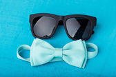 Blue bow tie and sunglasses  — Stockfoto