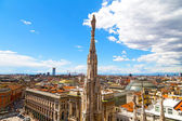 A statue of the Dome of Milan cathedral with the city view in summer. — Foto Stock