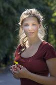 Junge Frau mit kleinen grünen Blatt — Stockfoto