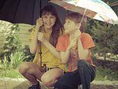 Dziewczęta i chłopcy pod parasolami w deszczu — Zdjęcie stockowe