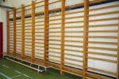 Closeup de barras de parede em um salão de ginástica do colégio — Fotografia Stock