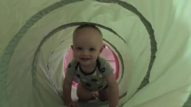 Boy playing in a green tunnel — Stock Video