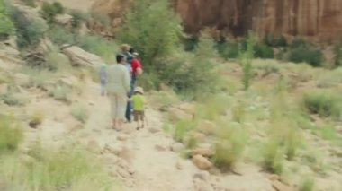 A family hiking through capitol reef — Stock Video