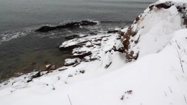 Snow covered ocean coast — Stock Video