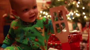 Boy opening christmas presents — Stock Video