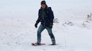 Man hiking in snowshoes — Stock Video