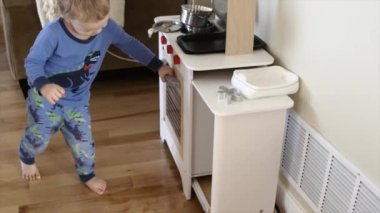 Kid playing with his toy kitchen — Stock Video