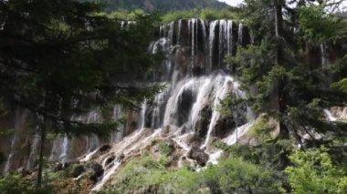 Belle cascade dans la vallée de Juizhaigou — Vidéo