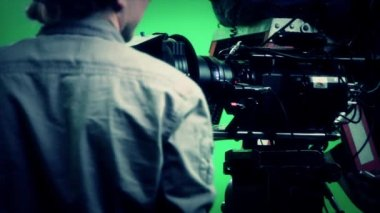 Un hombre de la cámara en un set de película — Vídeo de Stock