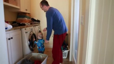 Toddler helps dad with clothes — Stock Video