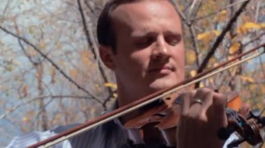 Man playing violin outside — Stockvideo