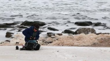 A photographer taking pictures of ocean — Stock Video
