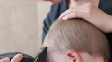 Woman cuts hair of a toddler — Stock Video