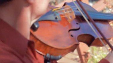 Man playing violin outside — Стоковое видео