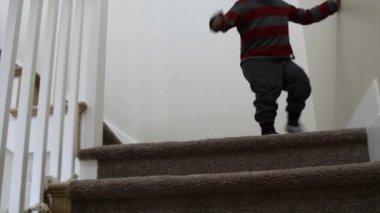 Pojken gick nedför trapporna — Stockvideo