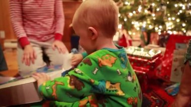 Toddler opening christmas presents — Stock Video