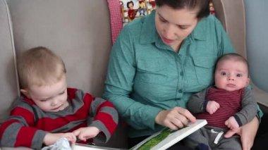 Мать, читать рассказы — Стоковое видео