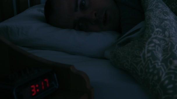 Hombre acostado en la cama — Vídeo de stock