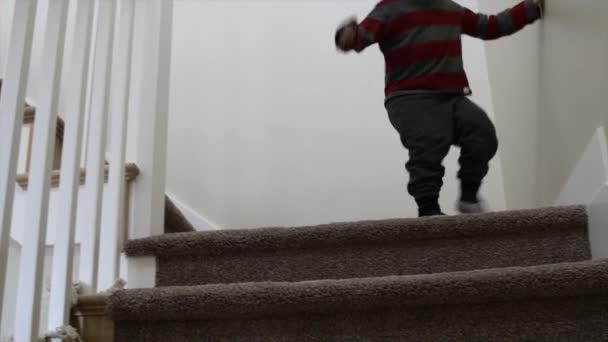 Niño bajando las escaleras — Vídeo de stock
