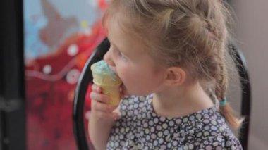 Girl eating ice cream — Stock Video