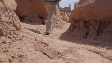 Backpacking through Goblin Valley — Stock Video