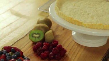 Baker preparing a berry fruit tart — Stock Video