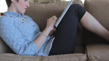 Kobieta za pomocą tabletu — Wideo stockowe