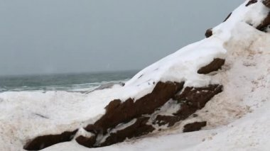 Winter scene of snow covered coast — Vidéo