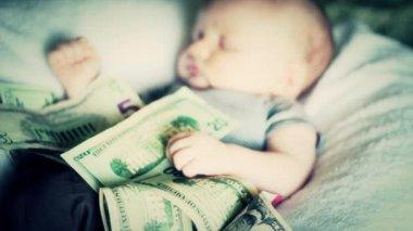 Een baby liggend in contanten — Stockvideo