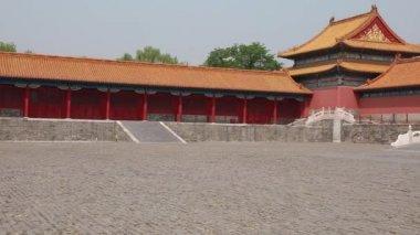 Tourists entering the gate — 图库视频影像