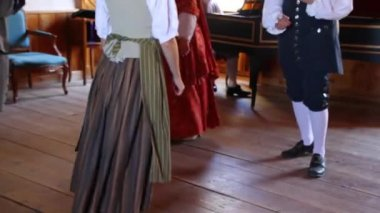 People dancing in 18th century clothing — Stock Video