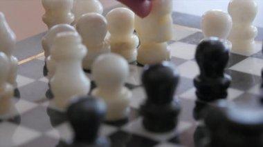 Två personer som spelar schack — Stockvideo