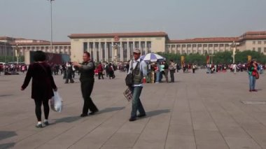 Tourists in the tiananmen square — Stock Video