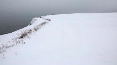 Frozen ocean coast with snow — Stock Video