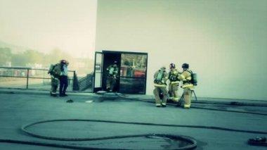 消防士は火を消す — ストックビデオ