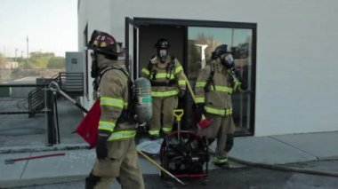 Firefighters putting out a fire — Stock Video