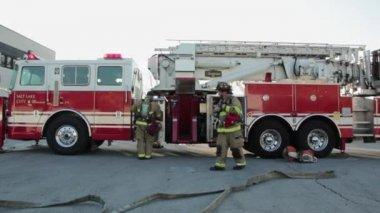 Brandweerman brandweerwagen in de open lucht — Stockvideo