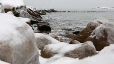 Beautiful ocean shore in winter — Stock Video