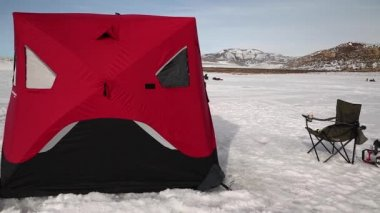 Ice fishing tent on lake — Stock Video