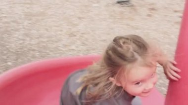 A girl plays at the park — Stock Video