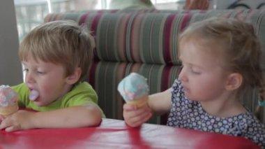 Family enjoying ice cream — Vídeo stock