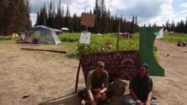 People at the annual rainbow gathering — Stockvideo