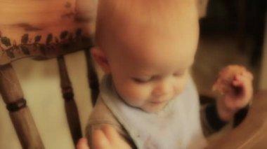 Baby eating his breakfast — Stock Video