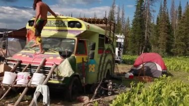 Hippie buses at rainbow family gathering — Stockvideo