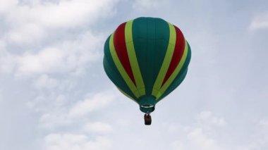 Pilot flies on air balloon — Stock Video