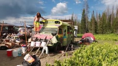Hippie buses at rainbow family gathering — Wideo stockowe