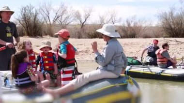 Families running the san juan river — Stock Video