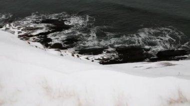 Icy ocean coastline with snow — Stock Video