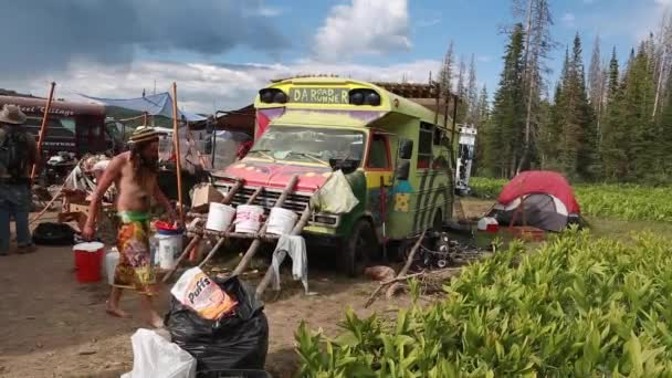 Hippie buses at rainbow family gathering — Vídeo de stock