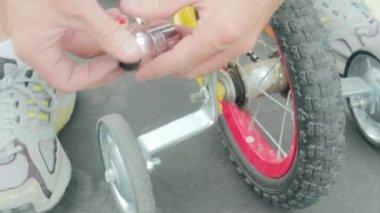 Man puts wheels on bike — ストックビデオ
